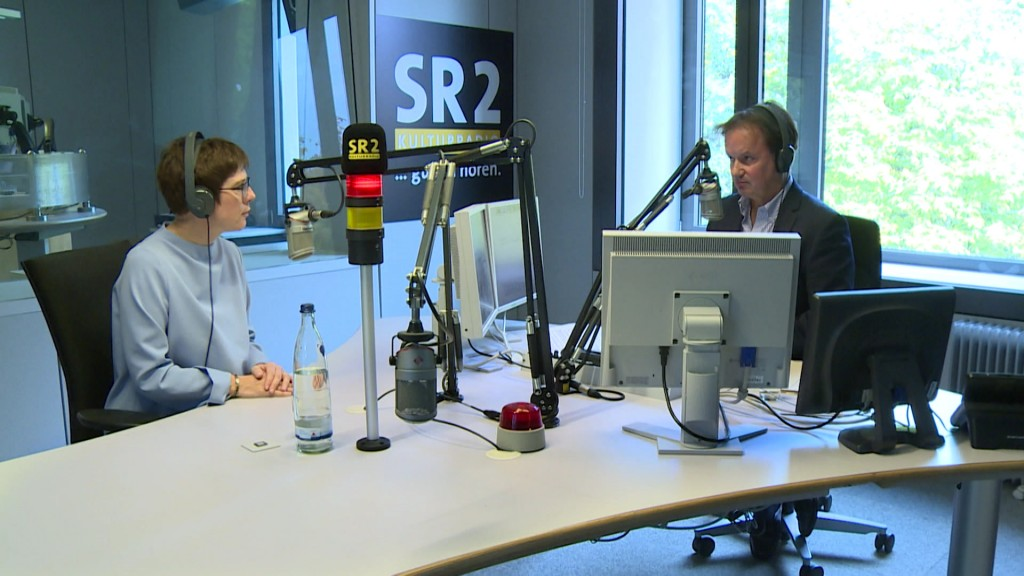 Foto: Annegret Kramp-Karrenbauer im Interview im SR 2 Studio