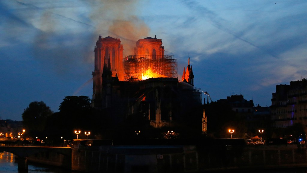 Die brennende Kathedrale Notre Dame in Paris (Foto: dpa / picture alliance / AP / Michael Euler)